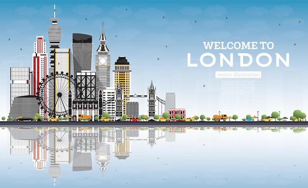 회색 건물, 푸른 하늘 및 반사가 있는 런던 영국 스카이라인에 오신 것을 환영합니다. 벡터 일러스트 레이 션. 현대 건축과 비즈니스 및 관광 개념입니다. 랜드마크가 있는 런던 풍경.