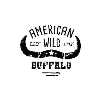 ウエスタンロゴスカルバッファローハンドドローグランジスタイル。ワイルドウェストのシンボルは、牛の角とレトロなタイポグラフィを歌っています。 tシャツプリントのヴィンテージエンブレム。ベクトルシルエットイラスト牛