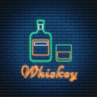 벽돌 배경에 네온 스타일의 글자가 있는 위스키 병과 유리. 알코올 칵테일 바 기호, 로고, 간판.