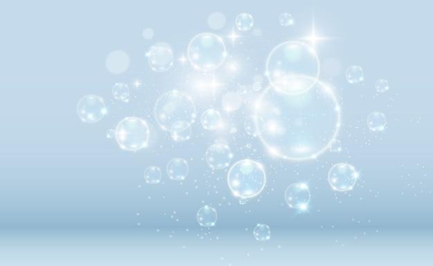 透明な背景に白い美しい泡。シャボン玉。