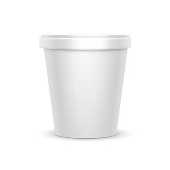 デザート、ヨーグルト、アイスクリーム、パッケージデザインのサワークリームの白い空白の食品プラスチック浴槽バケットコンテナーのモックアップをクローズアップ側の白い背景で隔離のビュー