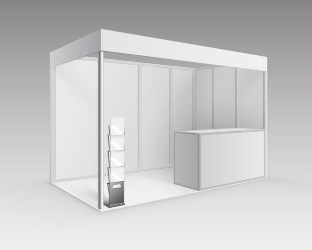 배경에 고립 된 관점에서 카운터 소책자 브로셔 홀더와 프리젠 테이션을위한 흰색 빈 실내 무역 전시회 부스 표준 스탠드