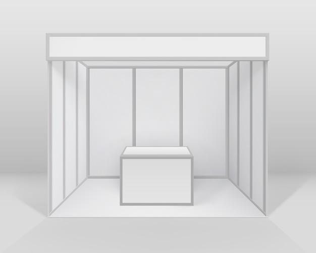 흰색 빈 실내 무역 전시회 부스 배경에 고립 된 카운터와 프리젠 테이션을위한 표준 스탠드