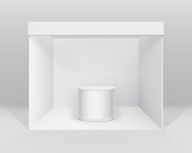 背景に分離されたカウンター付きのプレゼンテーションのための白い空白の屋内貿易展示会ブース標準スタンド