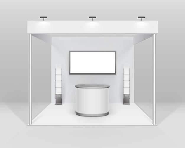 흰색 빈 실내 무역 전시회 부스 카운터 스포트라이트 스크린 소책자 브로셔 홀더 배경에 고립 된 프리젠 테이션을위한 표준 스탠드