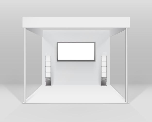 흰색 빈 실내 무역 전시회 부스 배경에 고립 스포트라이트 스크린 소책자 브로셔 홀더와 프리젠 테이션을위한 표준 스탠드