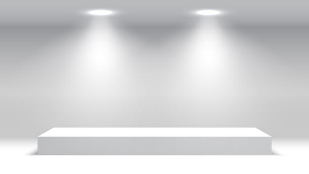 スポットライト付きの白い空白の表彰台。授賞式の舞台。台座。