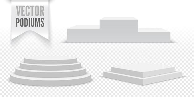 Белые пустые подиумы на прозрачном. комплект постаментов.