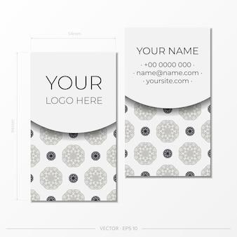 Белый шаблон визитной карточки со старинным орнаментом. готовый к печати дизайн визитки с монограммами.
