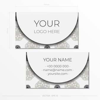 Белый шаблон визитной карточки со старинными узорами. готовый к печати дизайн визитки с орнаментом в виде монограммы.