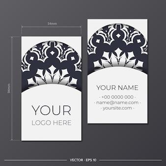 Белая визитная карточка с греческим орнаментом. готовый к печати дизайн визитки с пространством для текста и роскошными узорами.