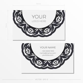 Белые визитные карточки со старинным орнаментом. дизайн визитной карточки с узорами вензеля.