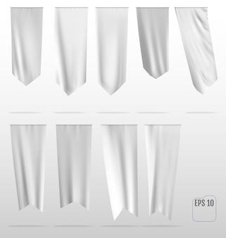 Белые чистые вертикальные развевающиеся флаги макета.