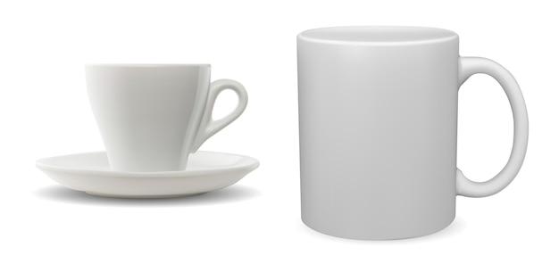 ホワイトコーヒーカップ。磁器ティーマグブランク。セラミックカップテンプレート、モーニングドリンクテンプレート。カプチーノドリンクシンプルシェイプハンドルマグセット Premiumベクター