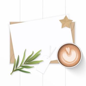 커피와 타라곤 잎 나무 배경에 흰색 구성 용지