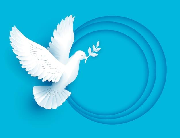 Белый голубь держит веточку символ мира