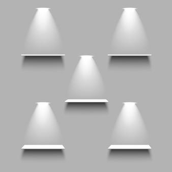 光と影のある白い空の5つの棚。 3dリアル
