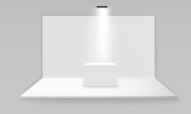 회색 배경에 스포트 라이트로 프리젠 테이션을위한 흰색 빈 실내 전시 스탠드. 흰색 빈 홍보 3d 전시회 부스. 프레 젠 테이션을 위해 현장 쇼 연단. 삽화.