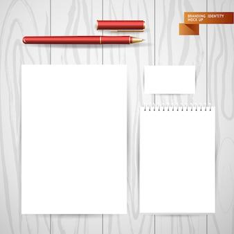 ノートブックとアルバムからの白い空の紙シート