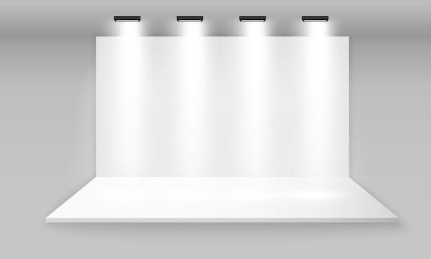 흰색 빈 홍보 3d 전시회 부스. 프레 젠 테이션을위한 현장 쇼 연단. 회색 배경에 스포트 라이트와 함께 프리젠 테이션을위한 흰색 빈 실내 전시 스탠드. 삽화.