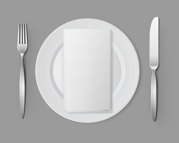 Белая пустая круглая тарелка серебряный вилочный нож прямоугольная салфетка