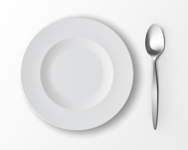 Белая пустая круглая суповая тарелка с серебряной столовой ложкой