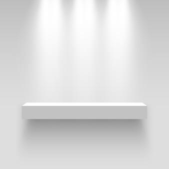 Белый выставочный стенд, освещенный прожекторами. пьедестал. полка.