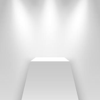 Белый выставочный стенд, освещенный прожекторами. пьедестал.