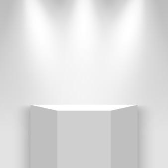 Белый выставочный стенд с прожекторами. пьедестал.