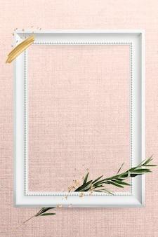Белая рамка на розовой стене