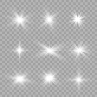 투명한 배경에 흰색 빛나는 빛이 폭발합니다. 반짝이는 마법의 먼지 입자. 밝은 별. 투명한 빛나는 태양, 밝은 플래시. 반짝임. 밝은 플래시를 중앙에 배치합니다.