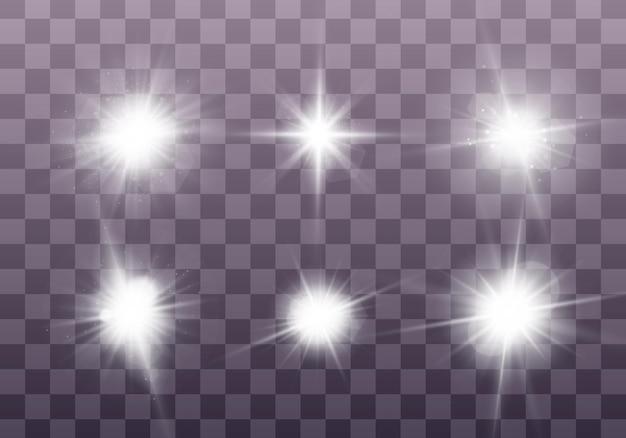 흰색 빛나는 빛은 투명한 배경에서 폭발합니다 반짝이는 마법의 먼지 입자 밝은 별 세트 투명 빛나는 태양 밝은 플래시 벡터 반짝임 밝은 플래시 크리스마스를 중심으로