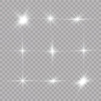 透明な背景に白い輝く光が爆発します。光線で。透明な太陽、明るいフラッシュ。特殊レンズフレアライト効果。
