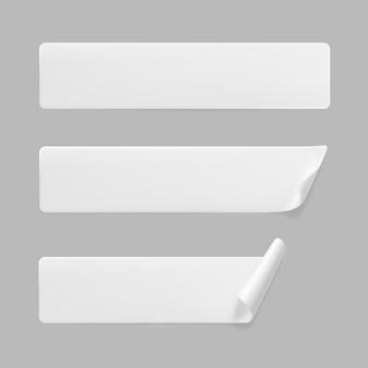 角が丸まった白い接着長方形ステッカー。しわやしわのある効果のある空白の白い粘着紙またはプラスチックステッカー。