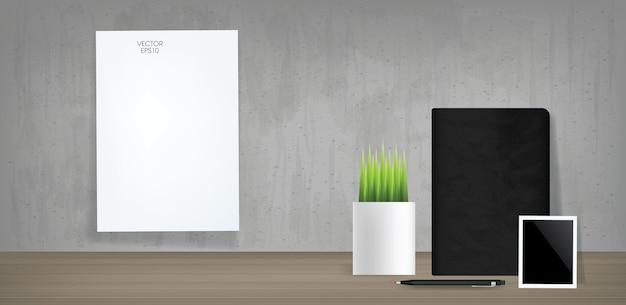Белая бумага и черный блокнот с пустой фоторамкой