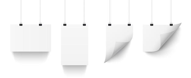 Листы белой бумаги, висящие на скрепках, изолированные на прозрачном фоне