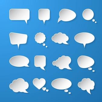 Пузыри речи белой бумаги на синем фоне.
