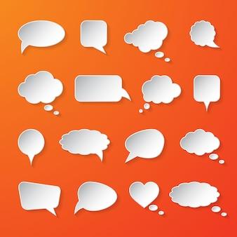 Пузыри речи белой бумаги на оранжевом фоне.