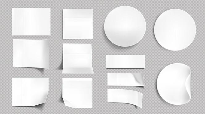 ホワイトペーパーのステッカー、空白の正方形、円形、長方形の付箋。曲がって折りたたまれた角、透明な背景に分離された粘着タグの空のラベルの現実的なセット
