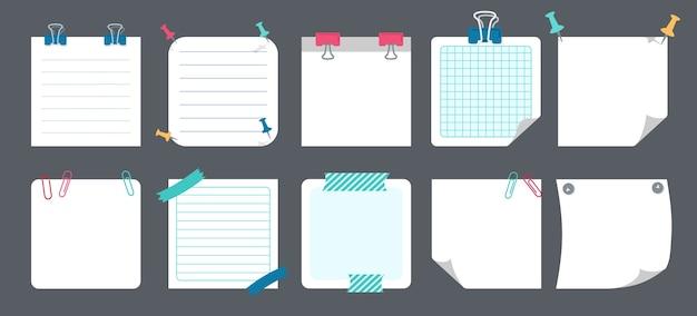 Набор записок белой бумаги. пустые заметки с элементами планирования. коллекция блокнотов с загнутыми уголками, кнопками. различные теги бизнес-офиса, написание напоминает.