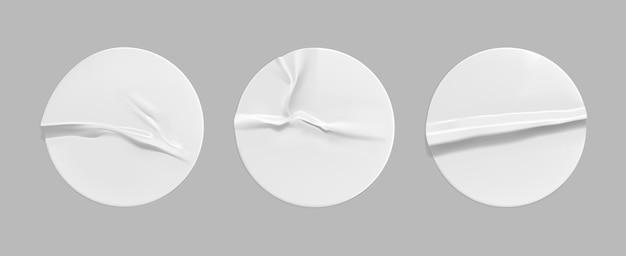 Набор макетов белых круглых скомканных наклеек. клейкая белая бумага или пластиковый стикер с эффектом склеивания, складки.