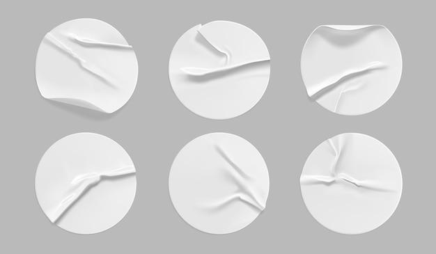 Набор белых круглых мятых наклеек.