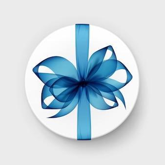 Белая круглая подарочная коробка с прозрачным голубым бантом и лентой сверху крупным планом, изолированные на фоне