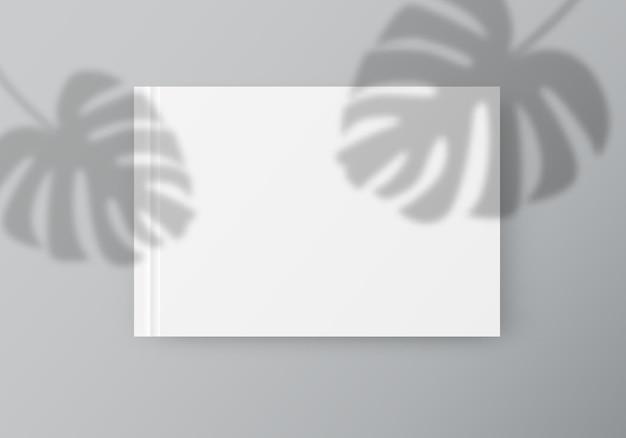 열대 잎이 있는 흰색 종이 오버레이 그림자