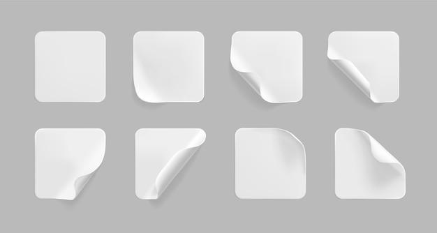 Набор наклеенных белых квадратных наклеек с загнутыми уголками