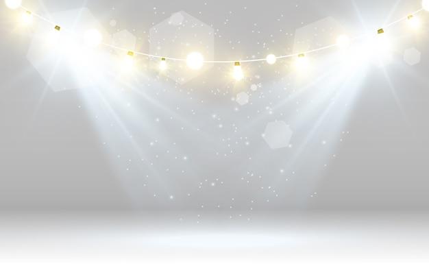 スポットライト付きの白いステージ。透明な背景に輝く光のイラスト