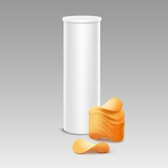 Белая жестяная коробка для упаковки с картофельными хрустящими чипсами крупным планом на фоне