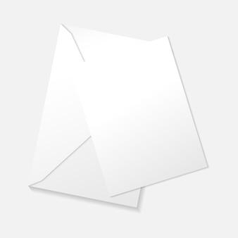 Белая вертикальная открытка на плоской планировке конверта