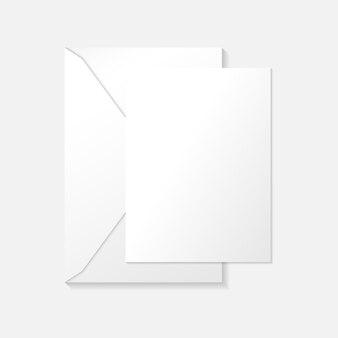 Белая вертикальная открытка на конверте