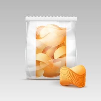 ジャガイモのシャキッとしたチップのスタックとパッケージデザインの白い垂直密封透明ビニール袋をクローズアップで孤立した白い背景
